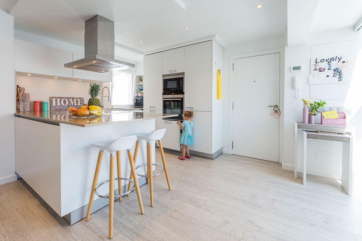 Una cocina blanca abierta al resto de la casa cocinas for Cocinas blancas