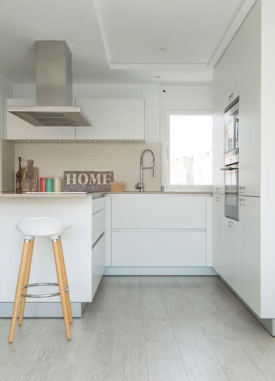 Reforma Santiago Interiores - Cocina blanca abierta Santos
