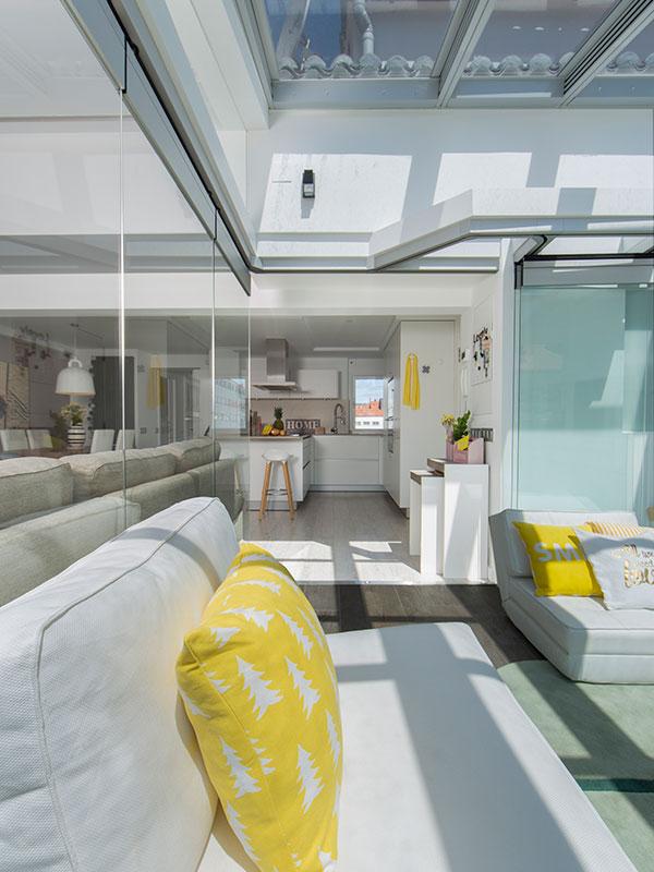 Reforma Santiago Interiores - Cocina blanca abierta Santos - Terraza