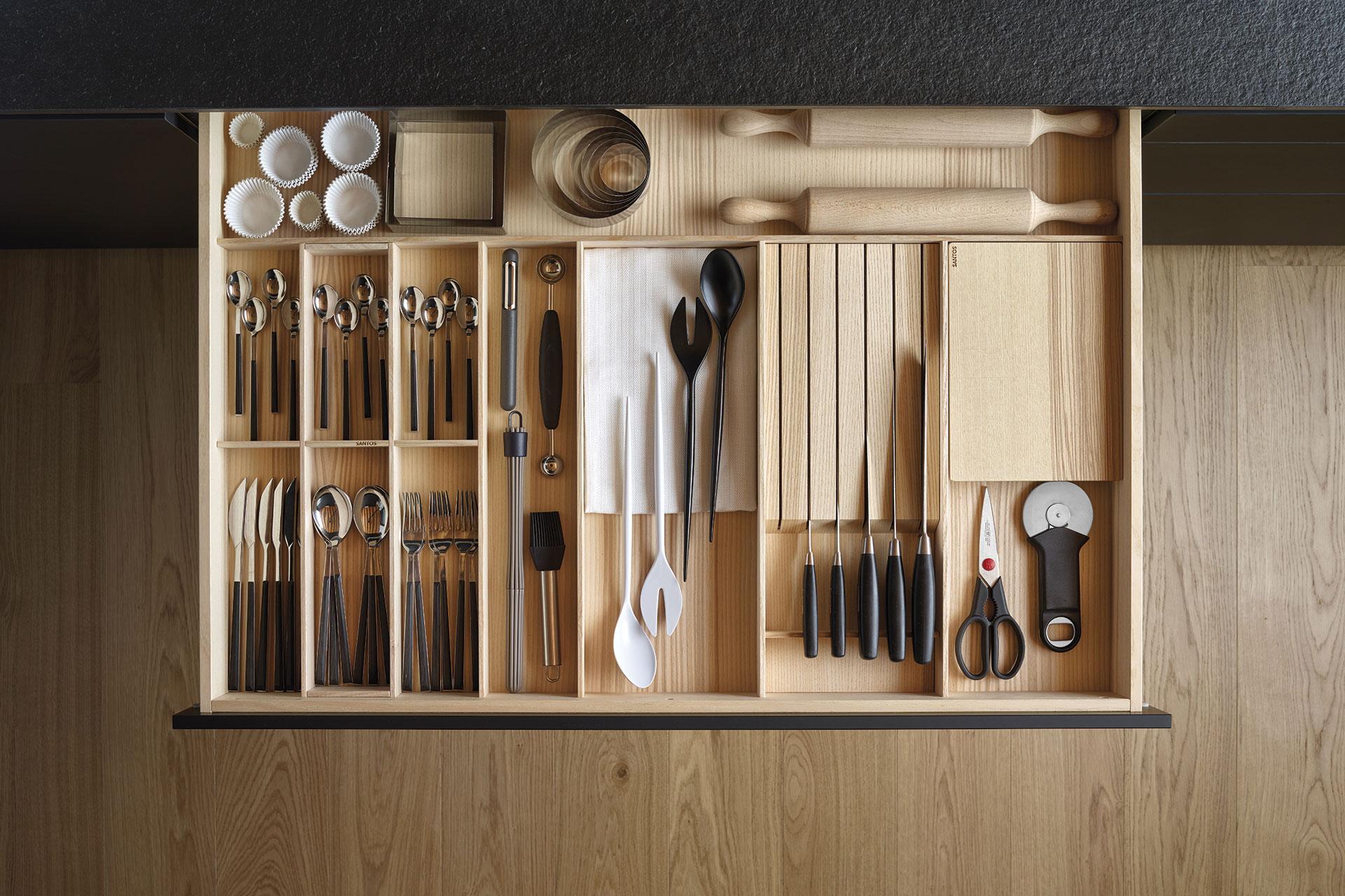 8 consejos para mantener tu cocina siempre en orden | cajones compartimentados | Cocinas Santos | Santiago Interiores