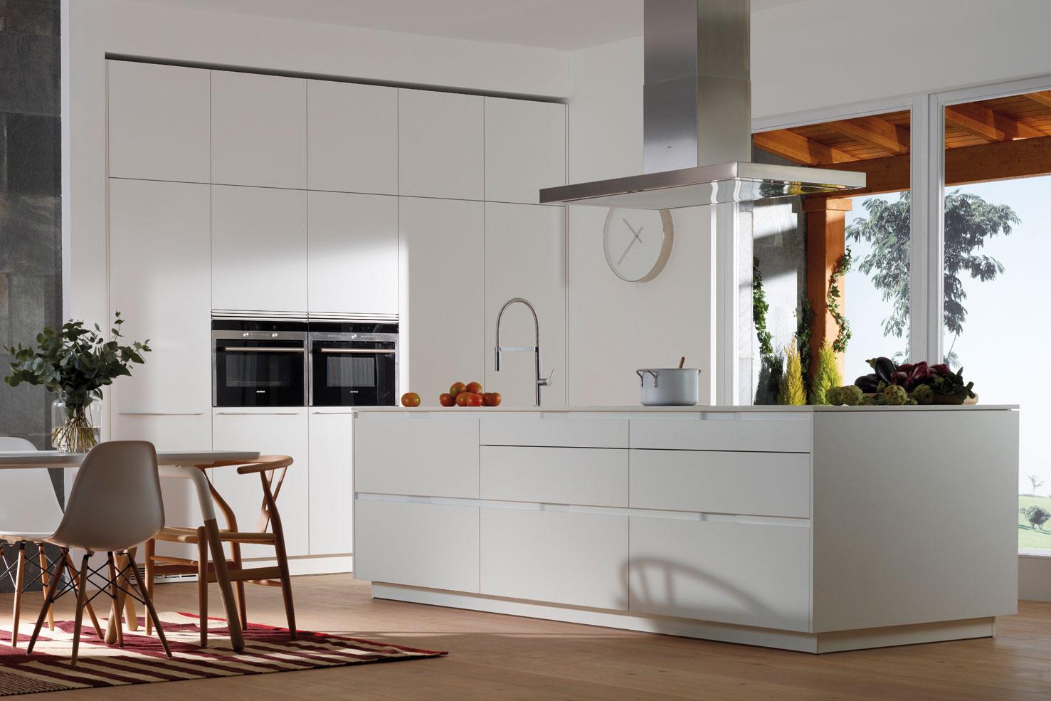 Campanas extractoras de cocina: cómo acertar | Campana decorativa en isla | Cocinas Santos | Santiago Interiores