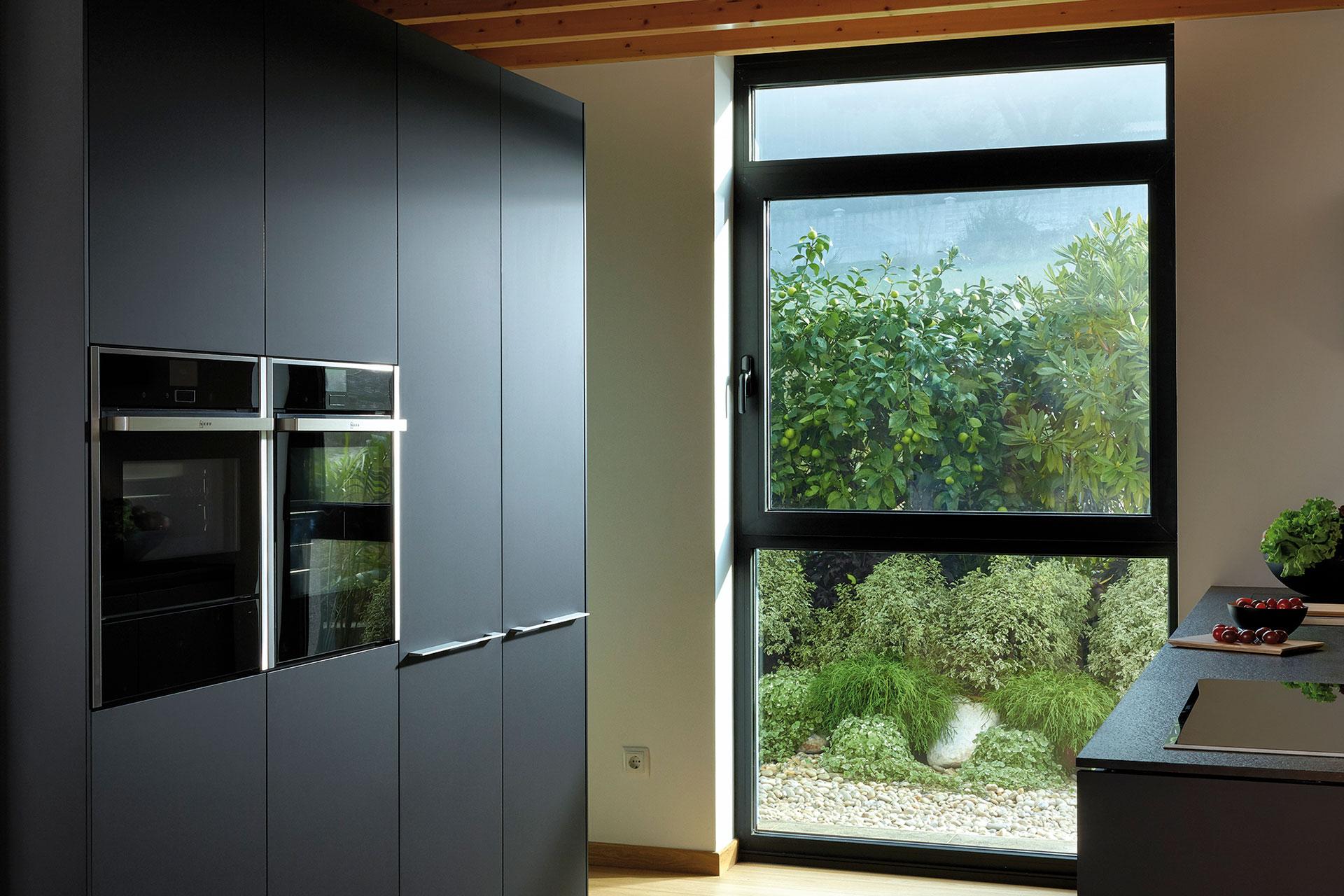 Electrodomésticos integrados: espacios limpios y armónicos | Columna portahornos | Cocinas Santos | Santiago Interiores