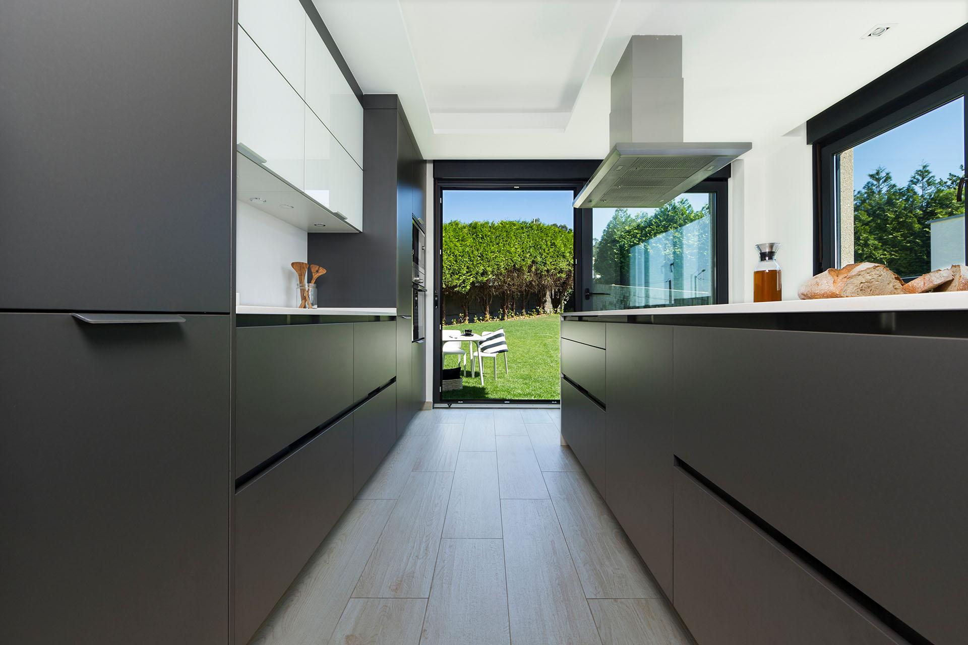 Santiago interiores en los medios una cocina gris con for Cocina de madera antracita