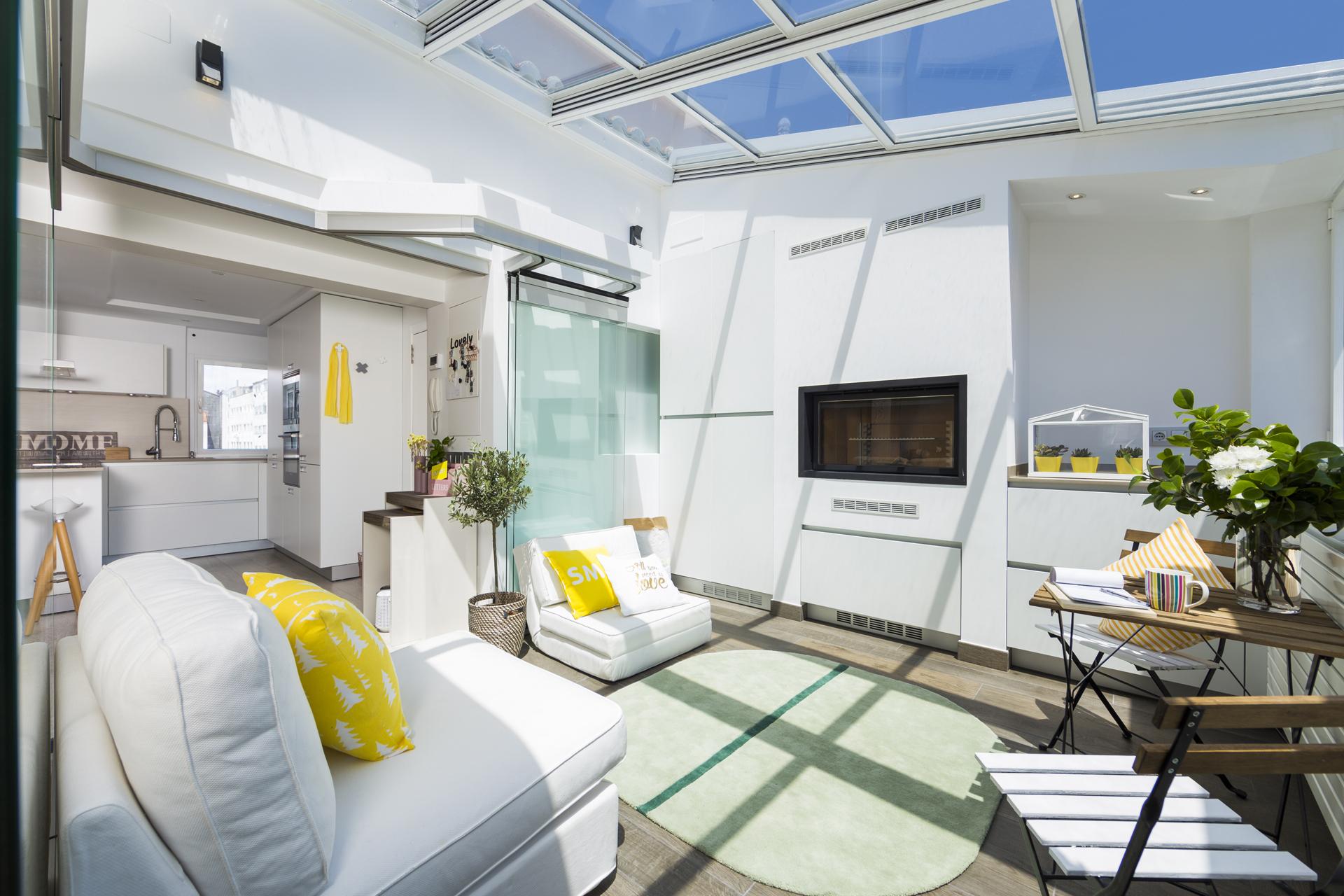 Terraza cubierta integrada con la cocina