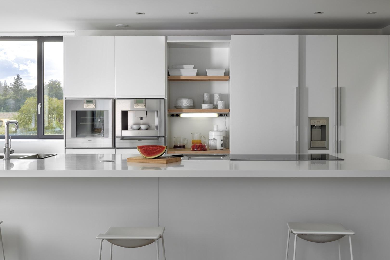 Cocina blanca con isla y office integrado Santos