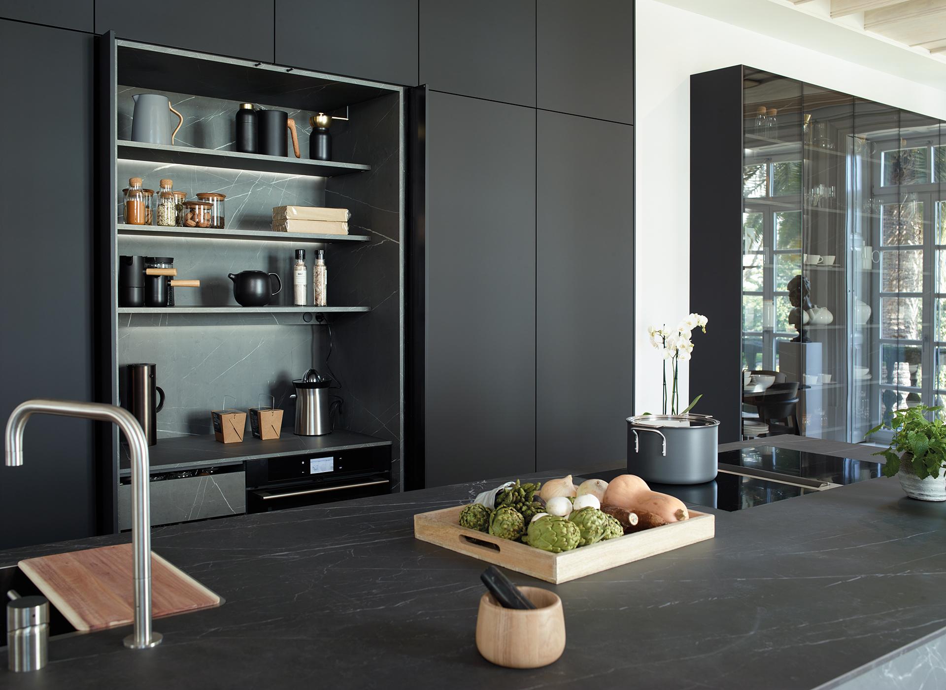 Cocina gris y negra con isla Santos