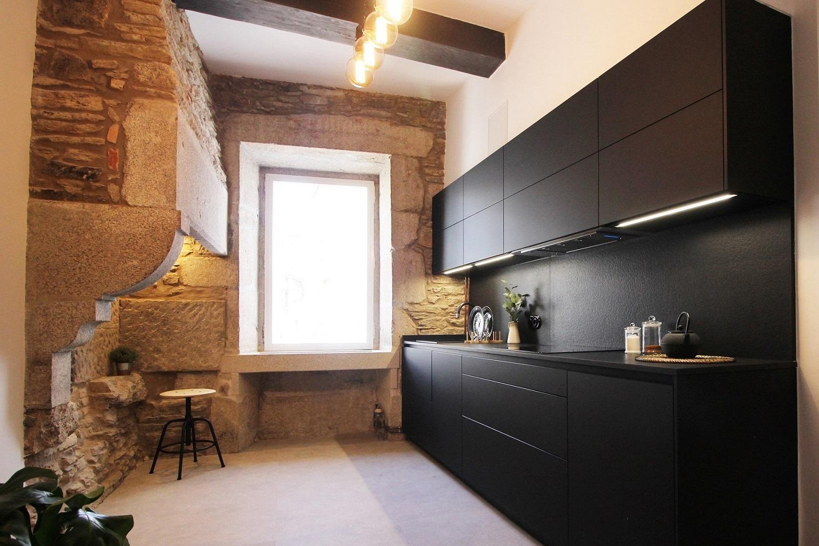Cocina negra rustica Santiago Interiores