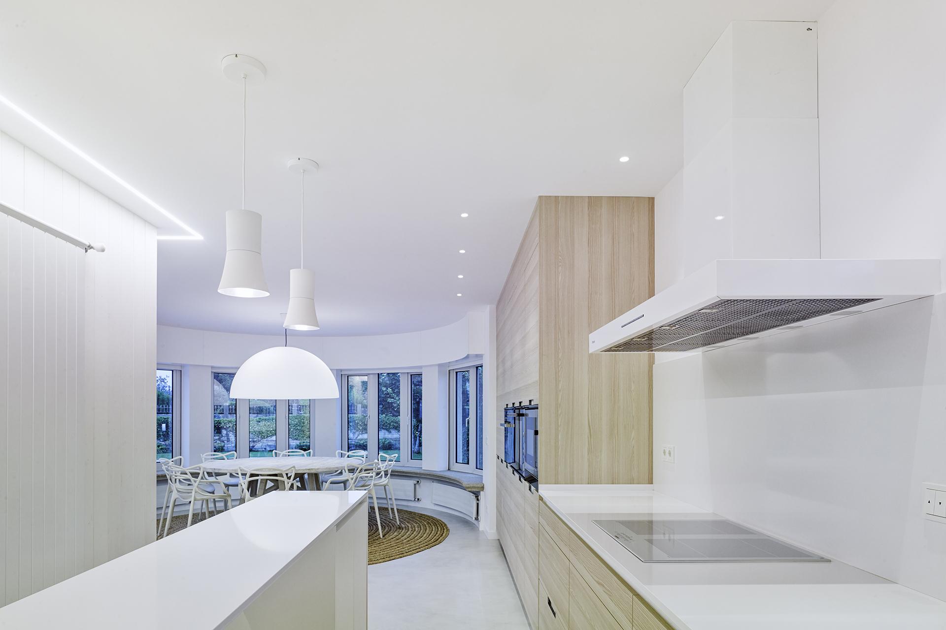 Cocina abierta al comedor amplia y luminosa Santiago Interiores