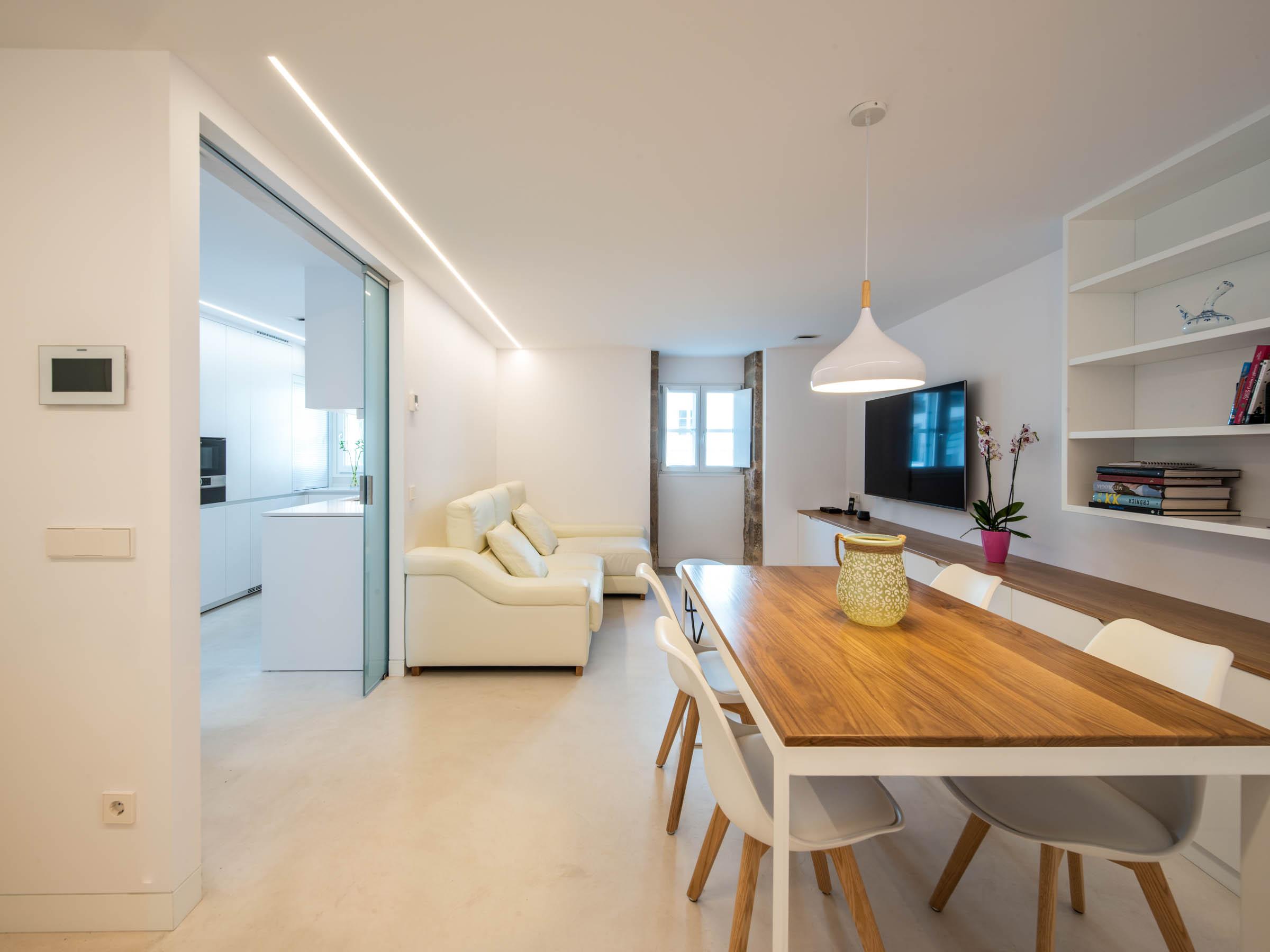 Cocina semiabierta al salón con puertas de cristal Santiago Interiores