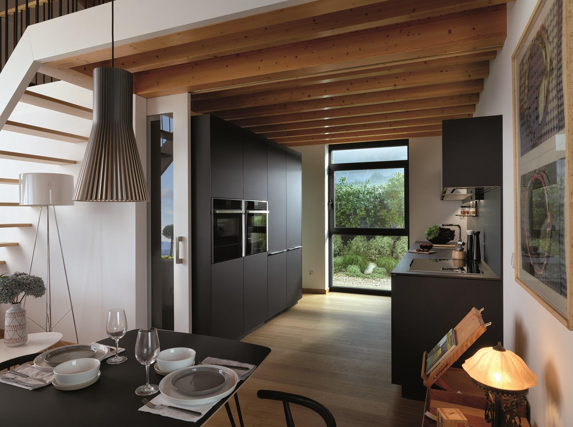 Cocinas abiertas con puertas y ventanal acristalado Santiago Interiores