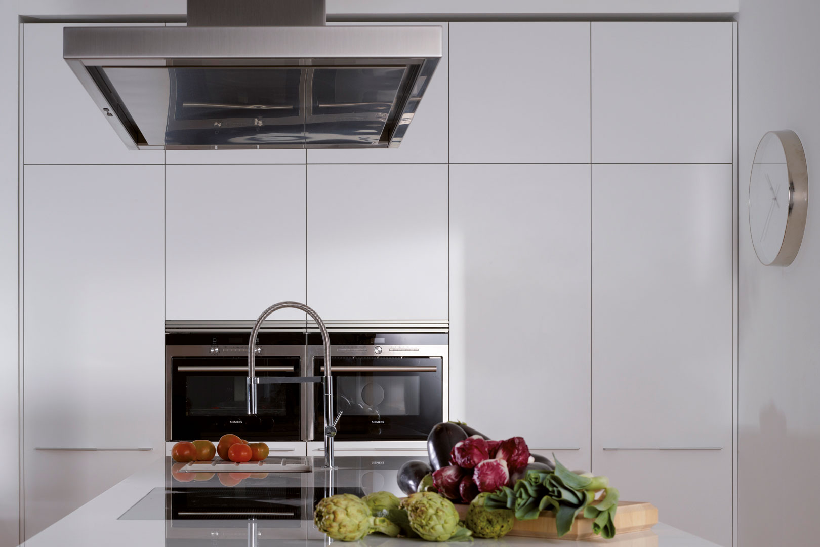 Electrodomésticos integrados: espacios limpios y armónicos   INTRA-L   Cocinas Santos   Santiago Interiores
