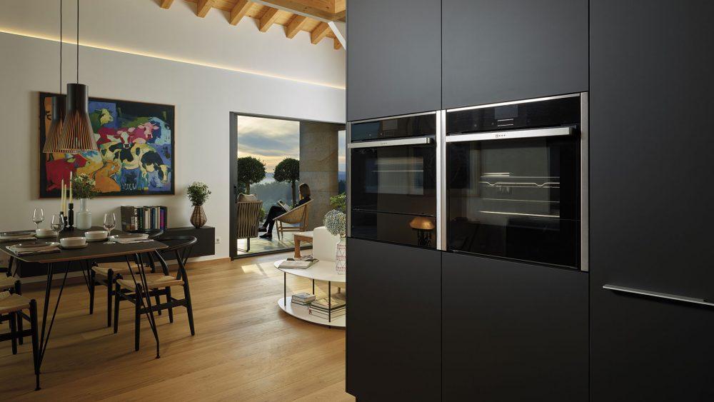 Electrodomésticos integrados: espacios limpios y armónicos   Columna portahornos   Cocinas Santos   Santiago Interiores