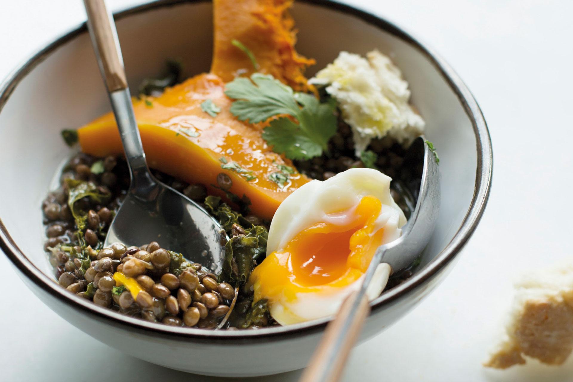 Receta de Lentejas verdes con col, calabaza y huevo mollet | Cocinas Santos | Santiago Interiores