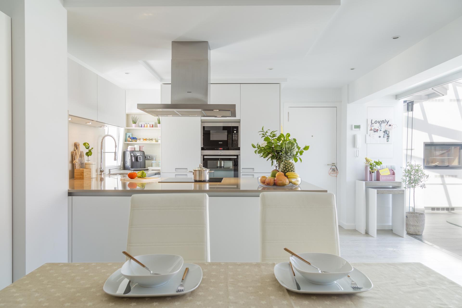 Cocina blanca abierta al salon comedor