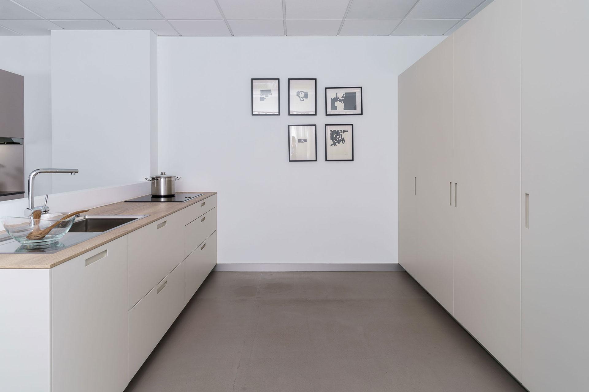 Exposición de cocina blanca Karmel en Santiago Interiores