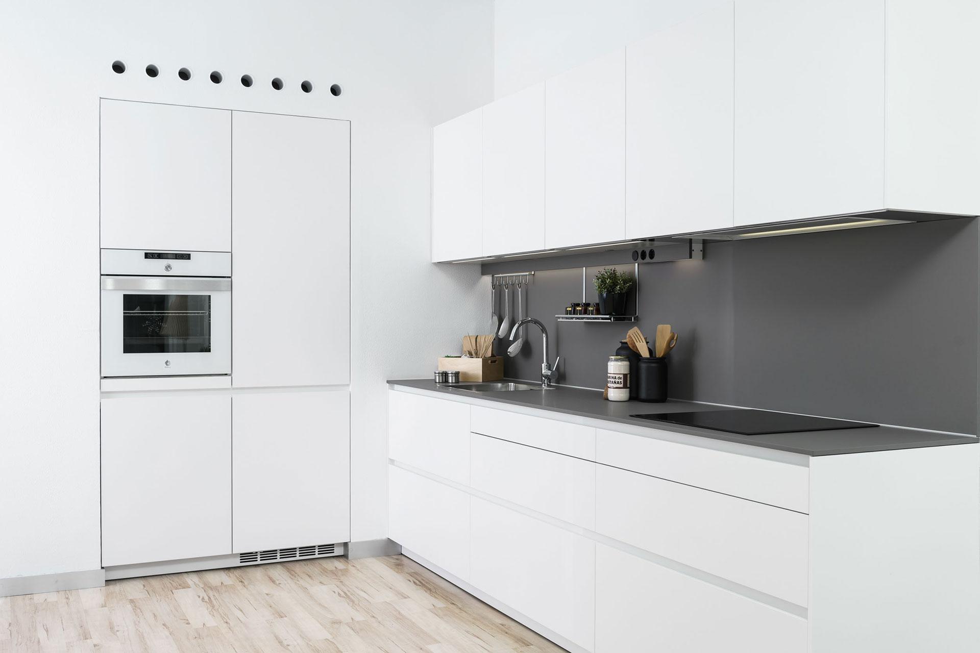 Cocina blanca y gris LINE-E en exposición