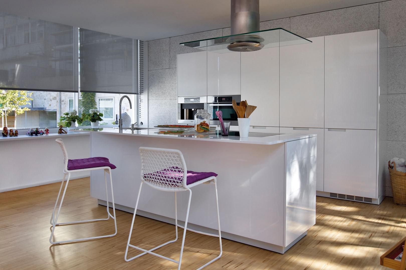 Cocina blanca con isla minimalista