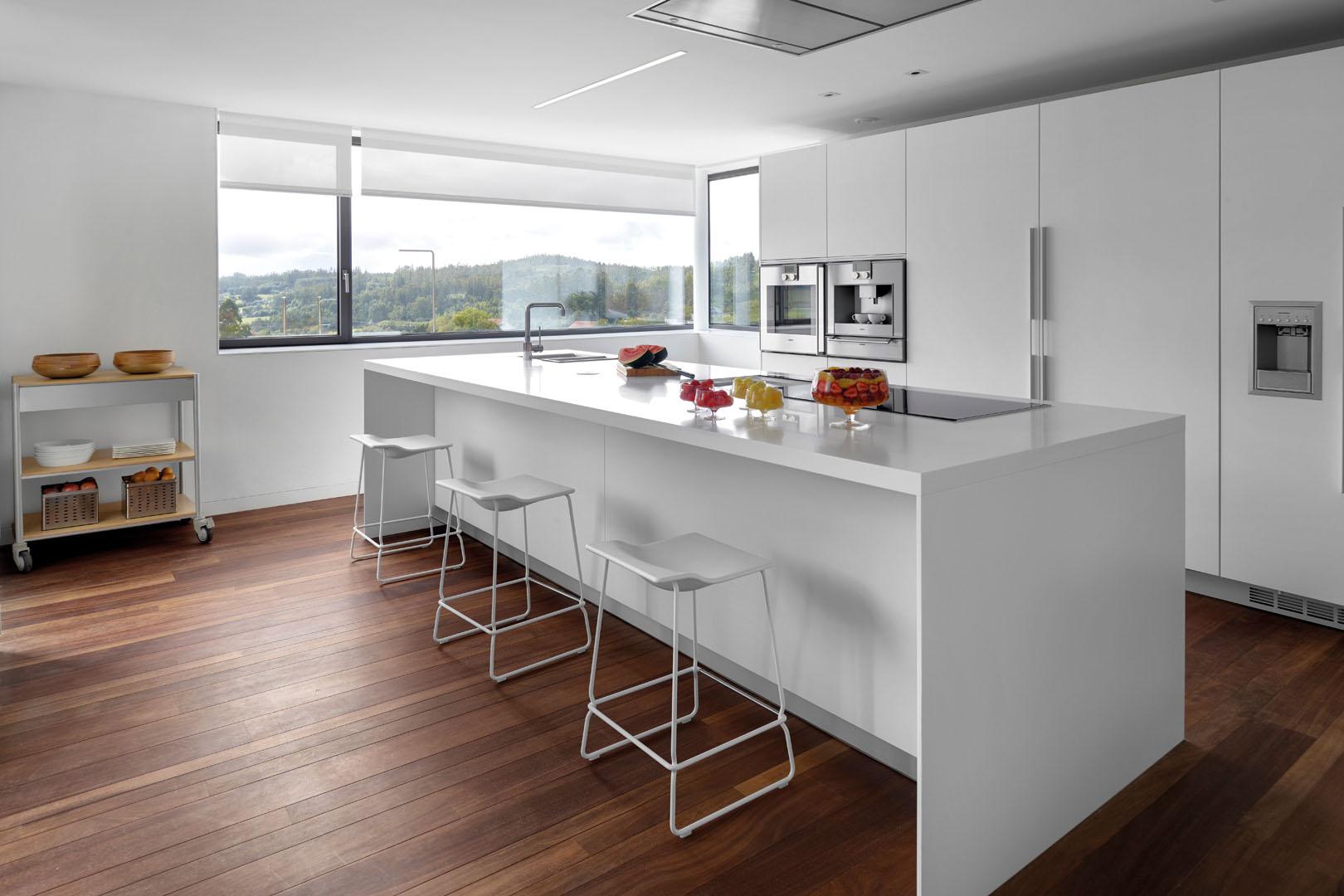 Image cocina-blanca-con-isla-moderna
