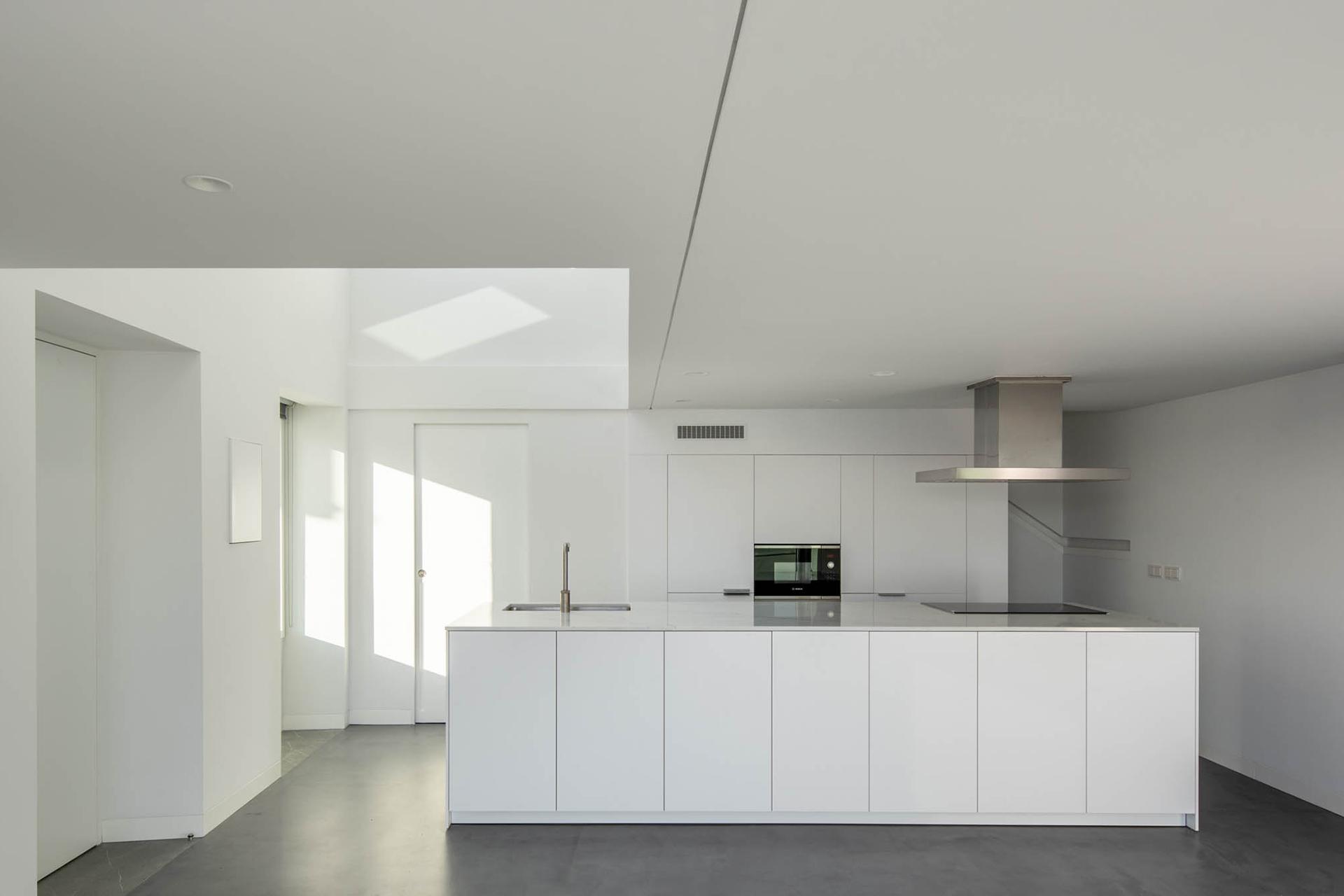 Cocina con isla y muebles blancos Santiago Interiores