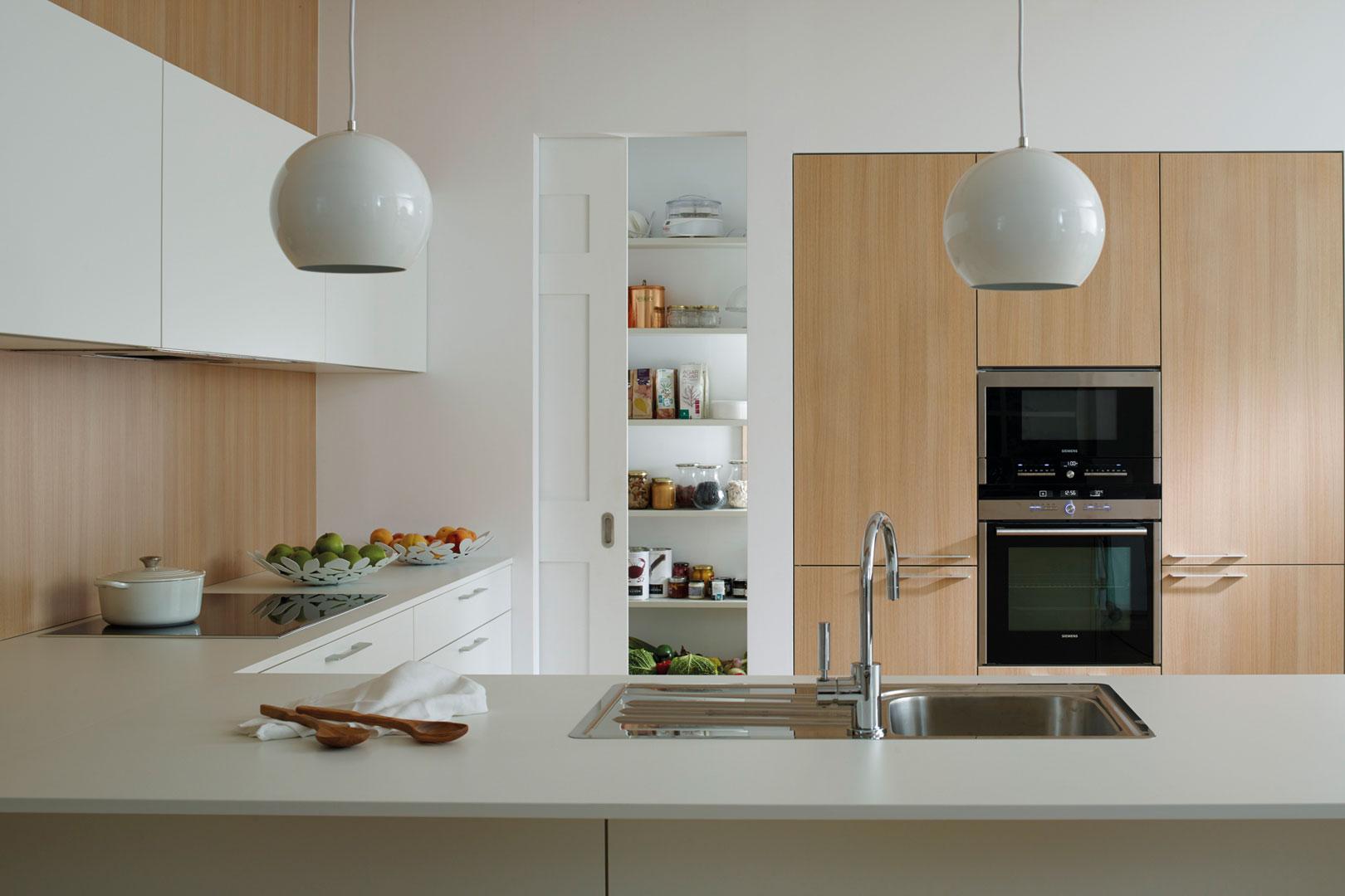 Cocina en dos colores: madera y blanco