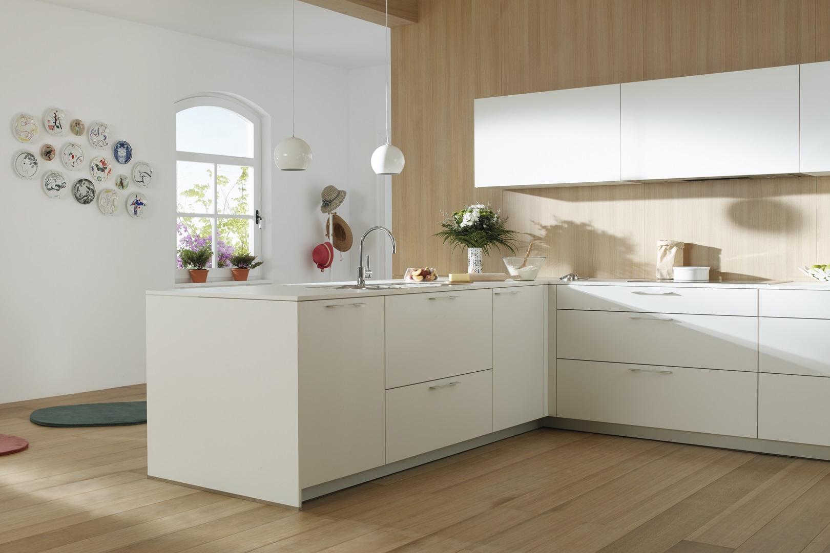 Cocina blanca con pared en madera Santos