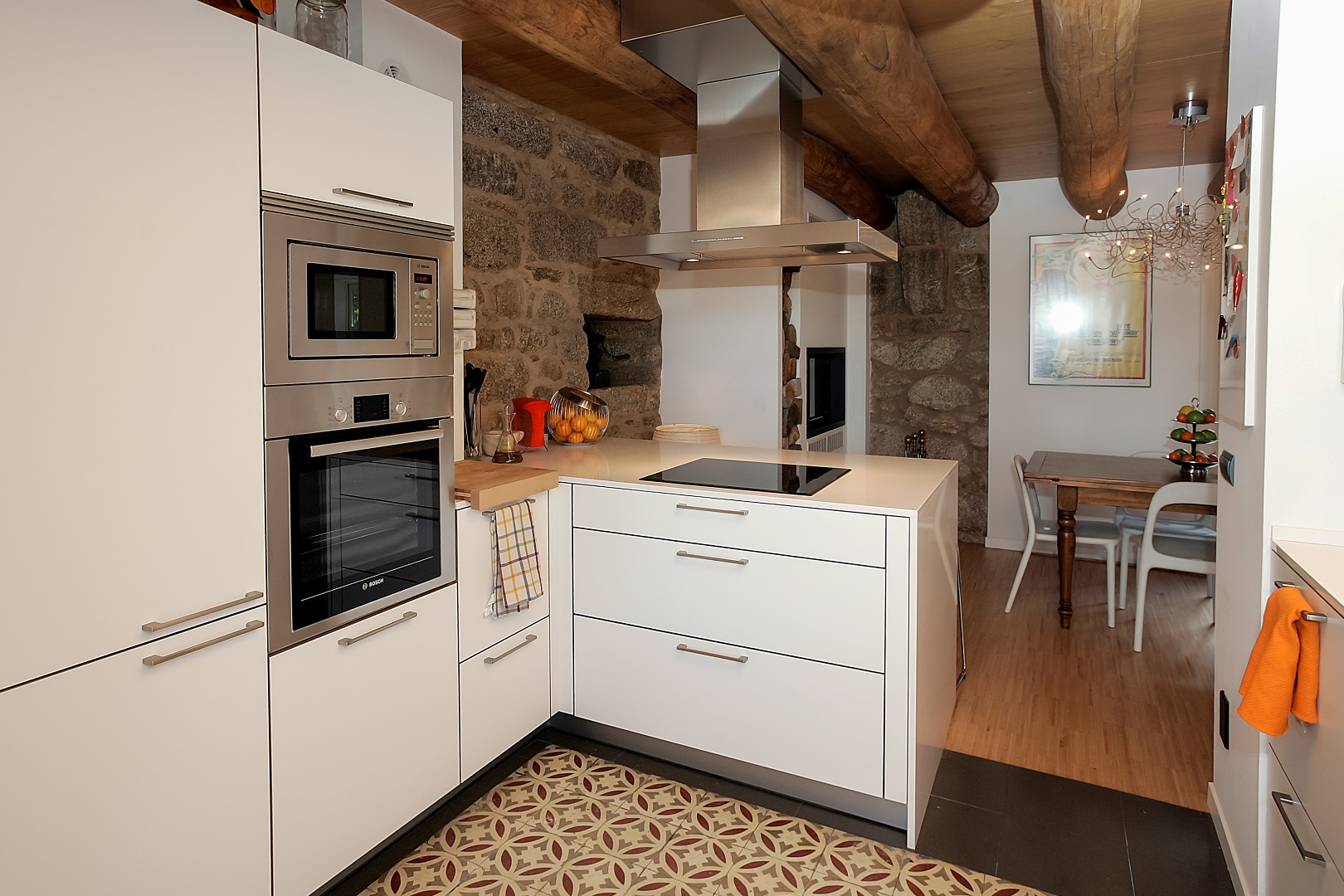 Cocina blanca en casa rústica Santiago Interiores