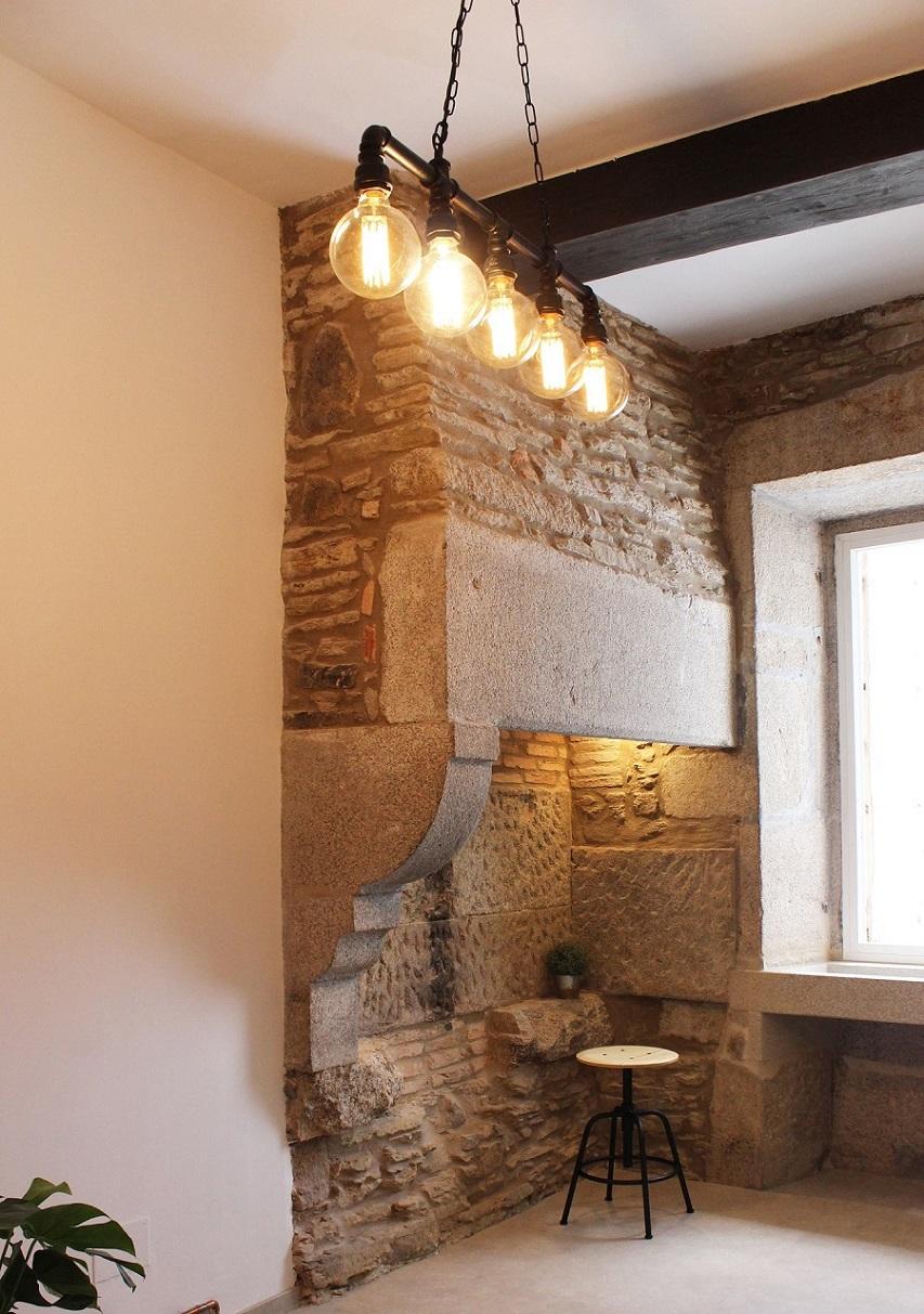 Lareira restaurada en reforma casa antigua Santiago Interiores