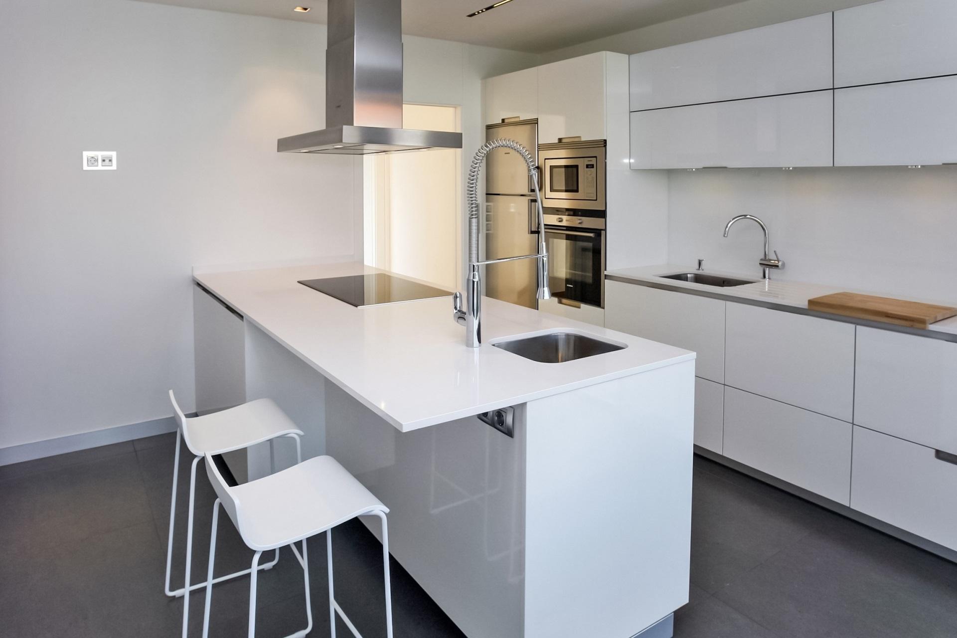 Cocinas blancas con península Santiago Interiores
