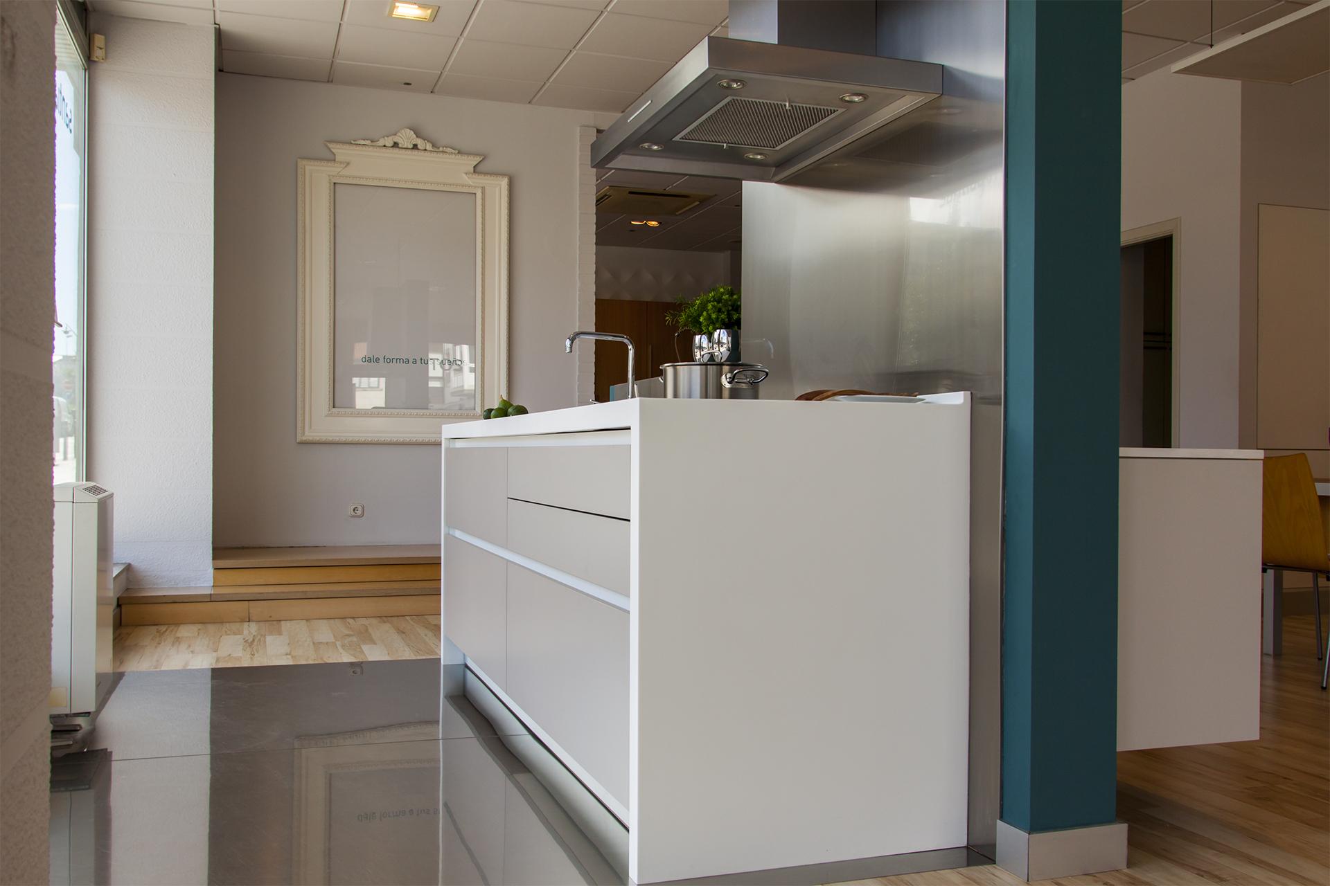 Cocinas de exposición en liquidación Line L gris Santiago Interiores