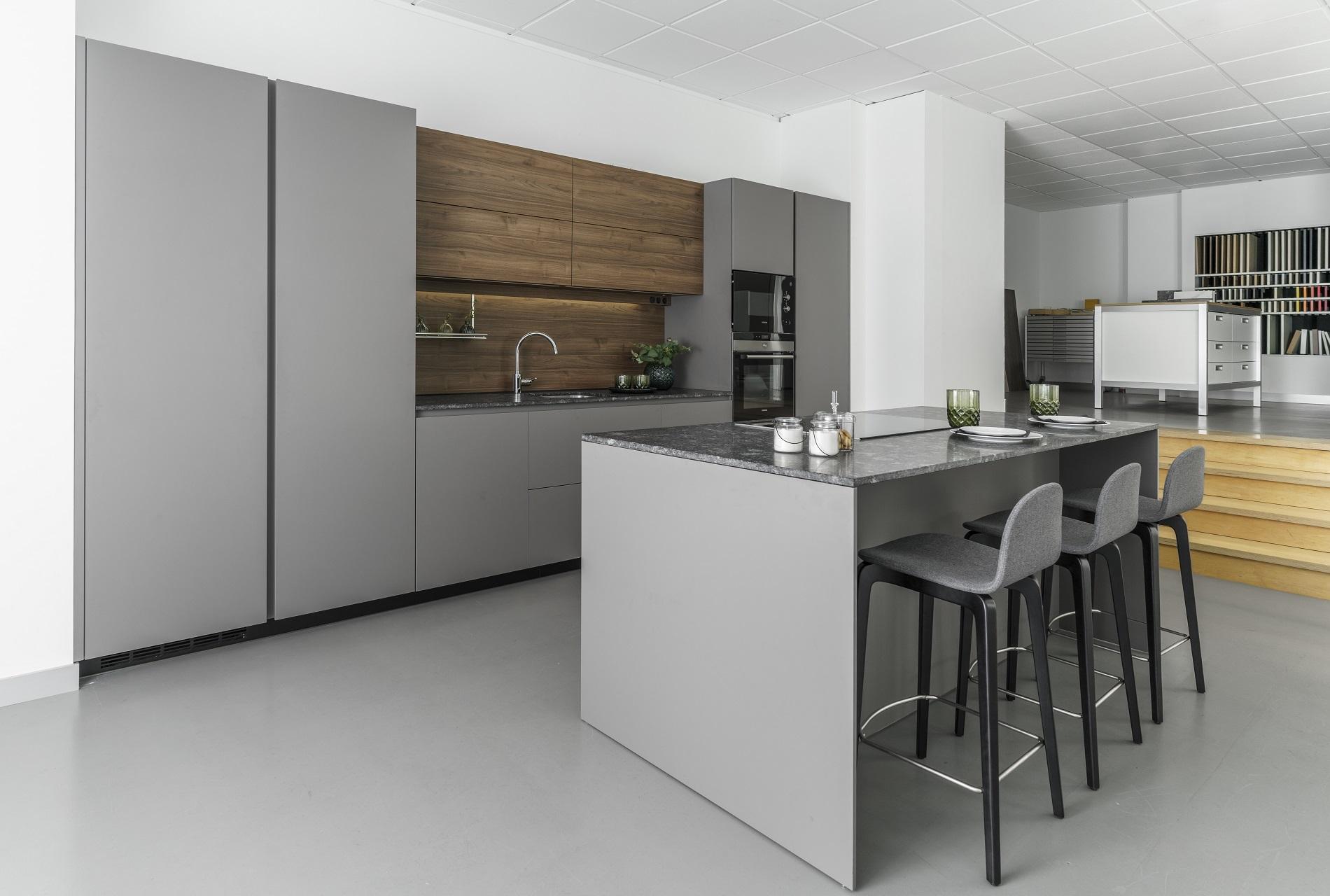 Liquidación cocinas exposición Line E Gris y Nogal Santiago Interiores