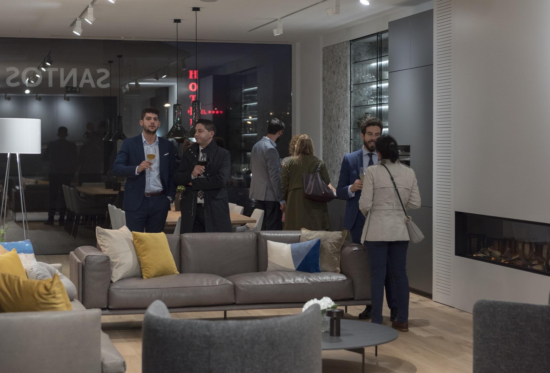 Fiesta de reapertura con clientes en Santiago Interiores