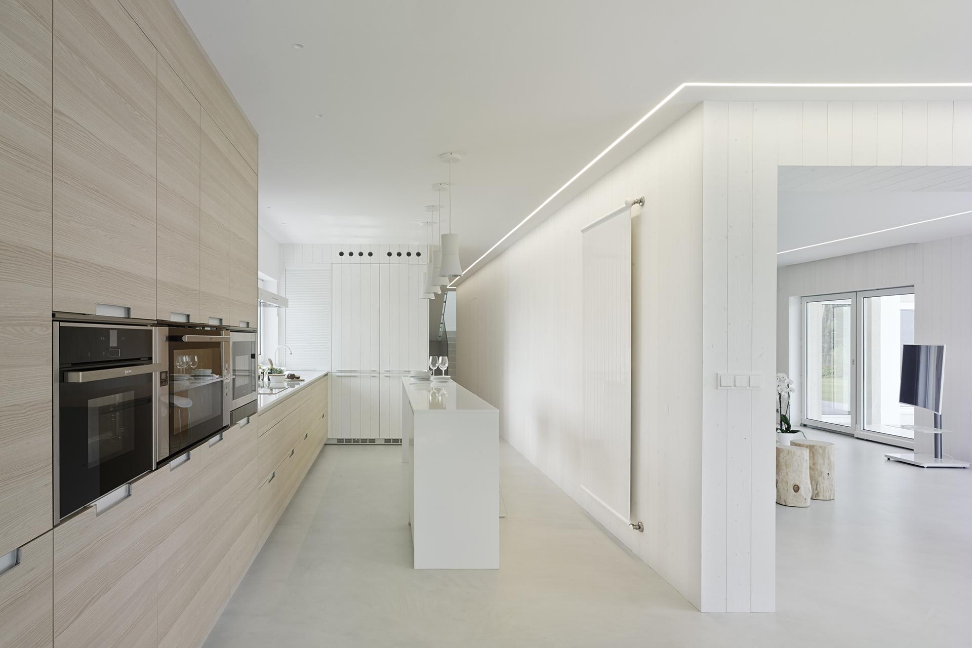 Cocina blanca y madera Santiago Interiores