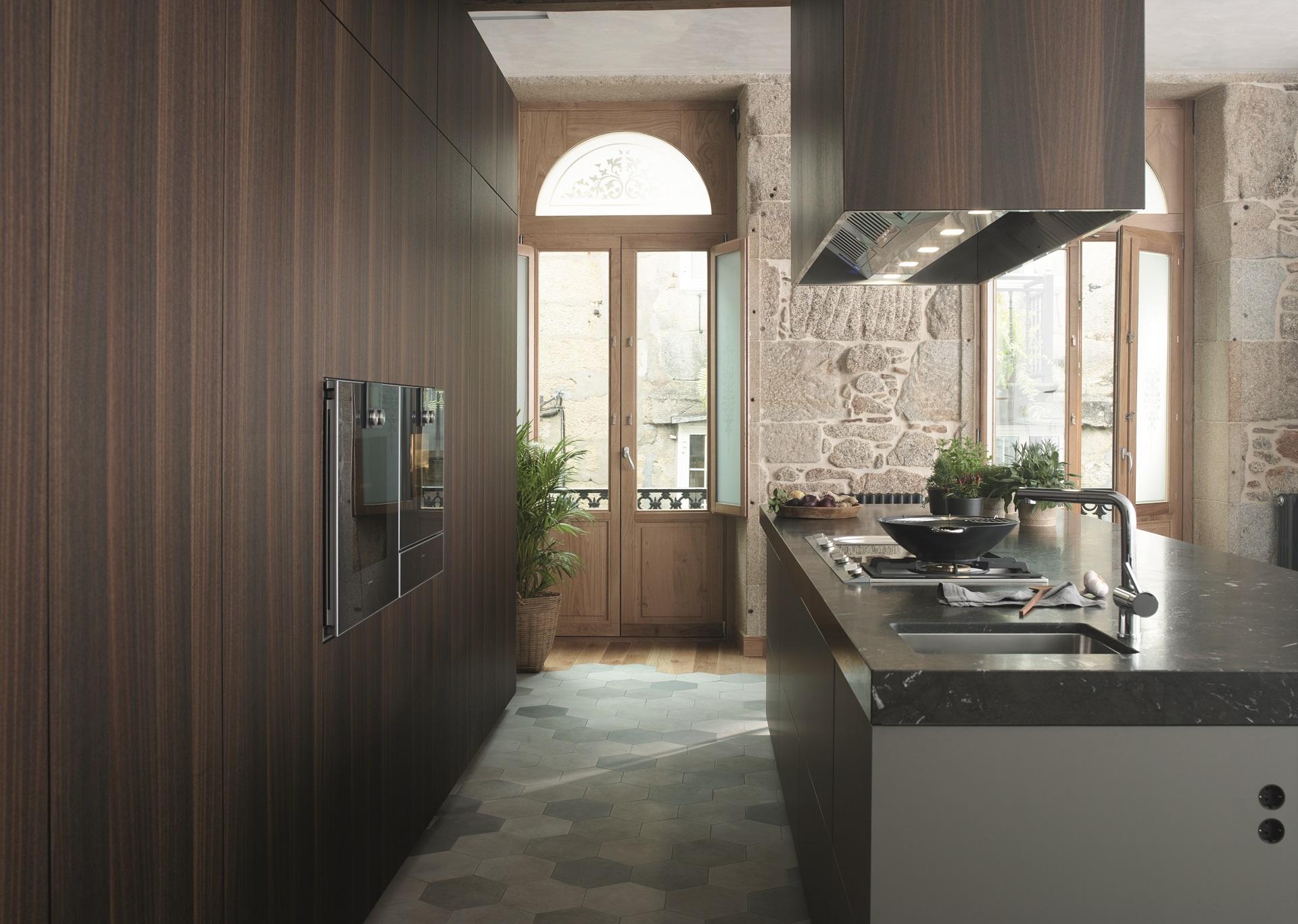 Cocina gris combinada con madera Santos