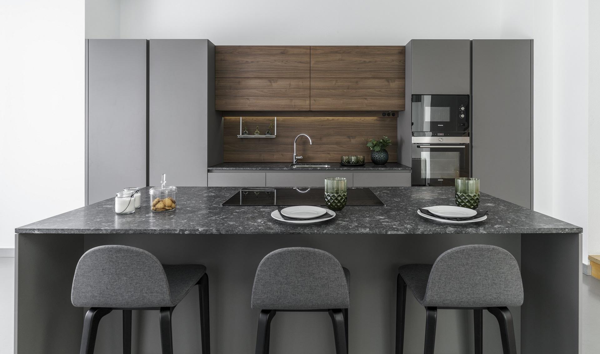Cocina gris y madera Santiago Interiores