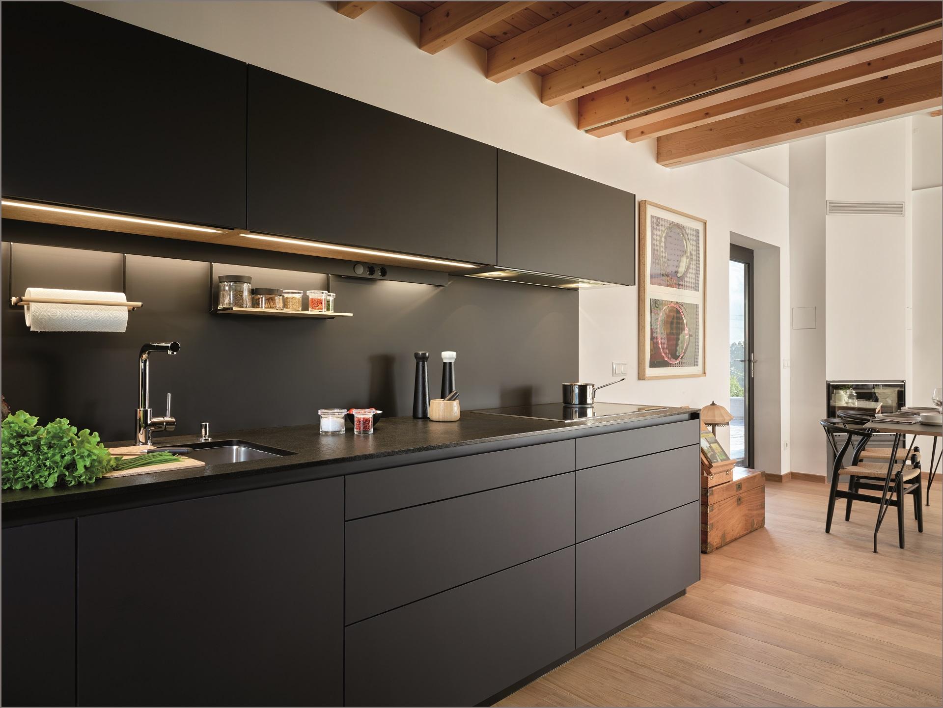 Cocina negra y madera Santiago Interiores