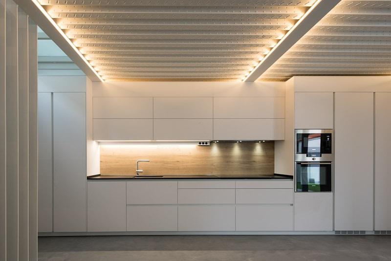 Cocinas combinadas blanco y madera Santiago Interiores