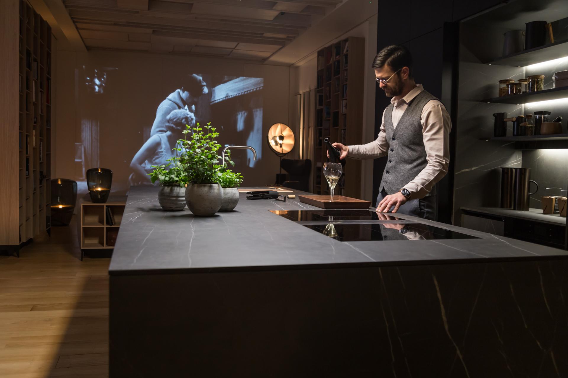 Cocina como zona de entretenimiento con pantalla o proyector
