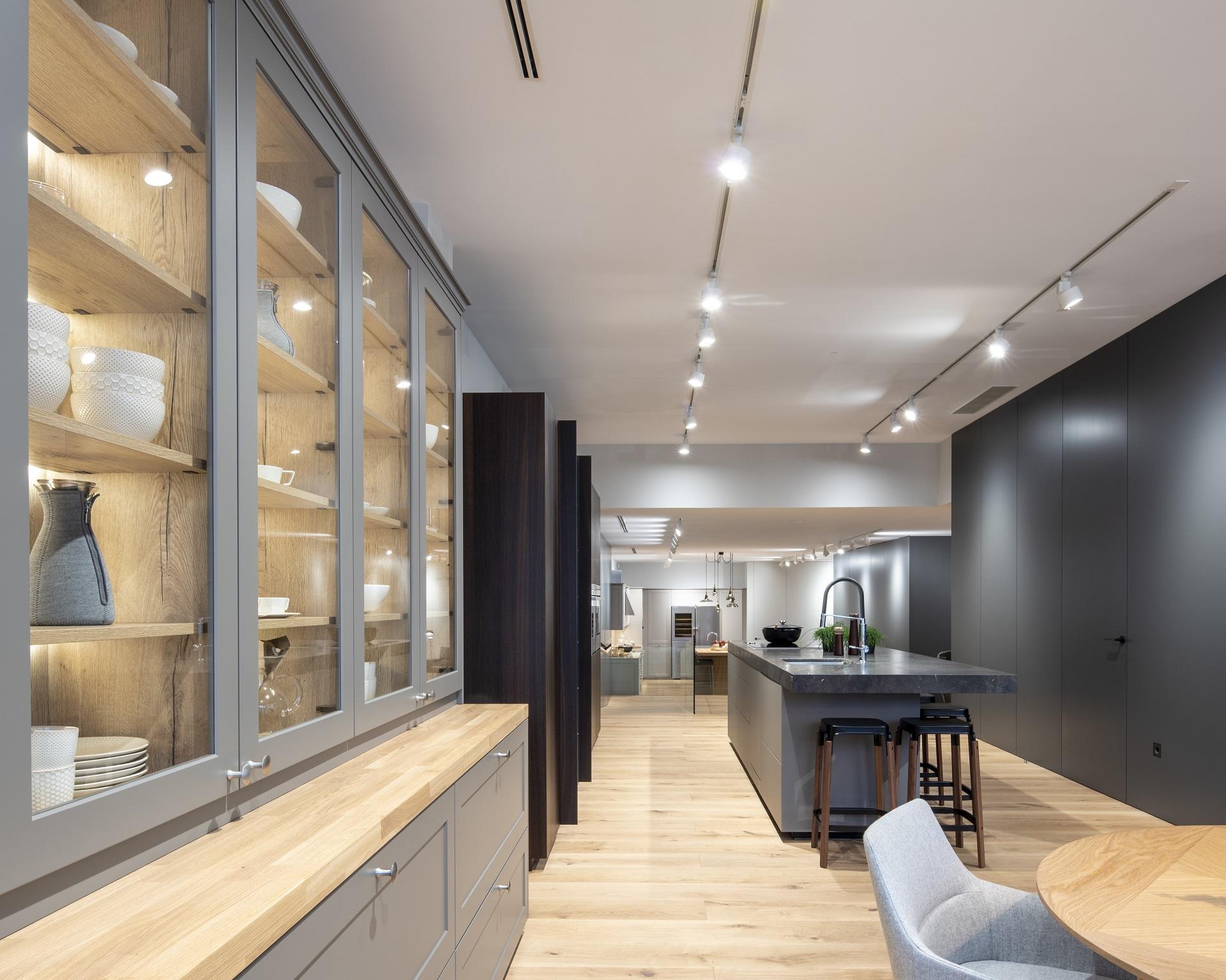 Aparador Marco en exposición de cocinas Santiago Interiores