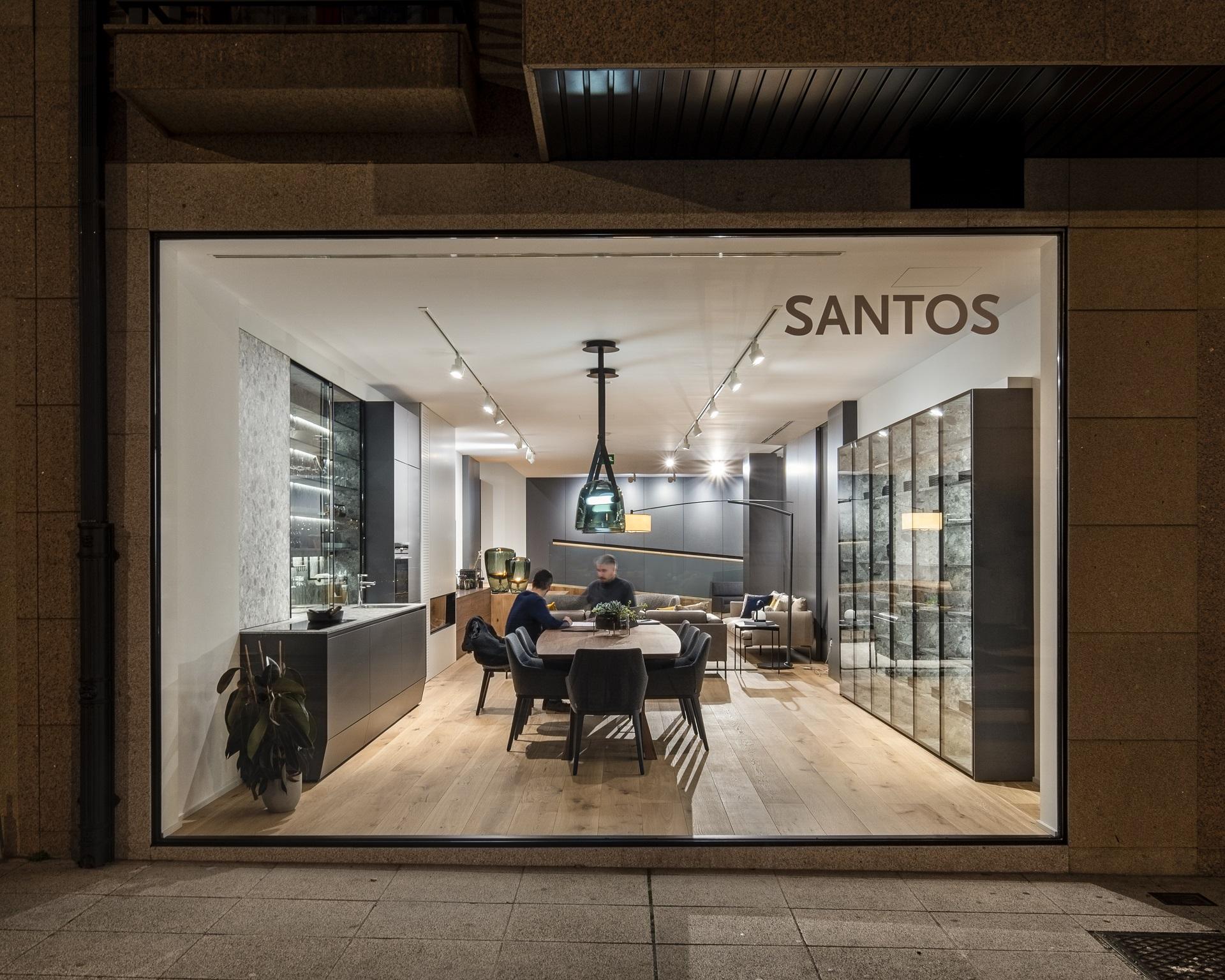 Exposición cocina lineal con mesa y vitrina Santos