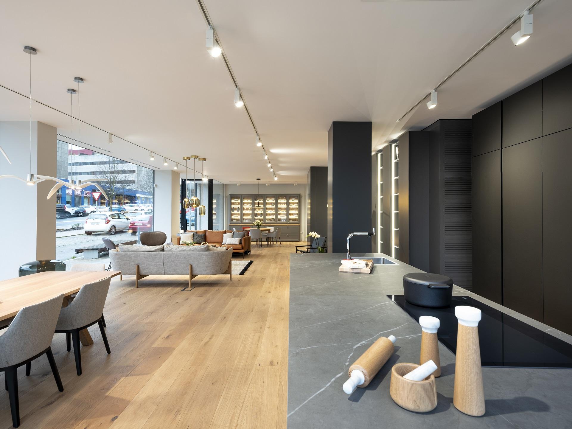Exposición de cocinas Santos en Santiago Interiores