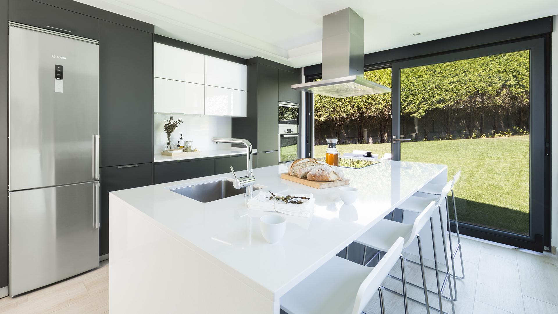Cocinas funcionales con isla y muebles grandes