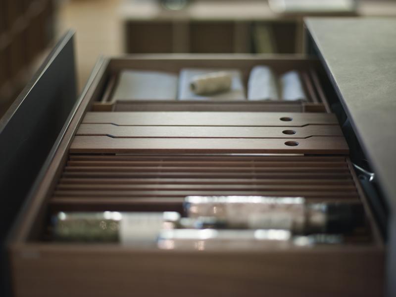Accesorios extraibles en aparador de cocinas Santiago Interiores