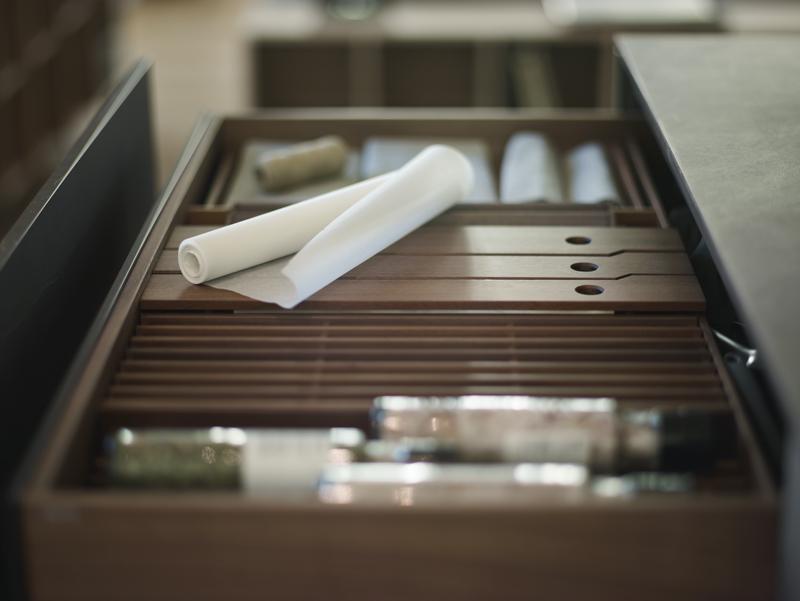 Aparador con cajones extraíbles en cocinas abiertas