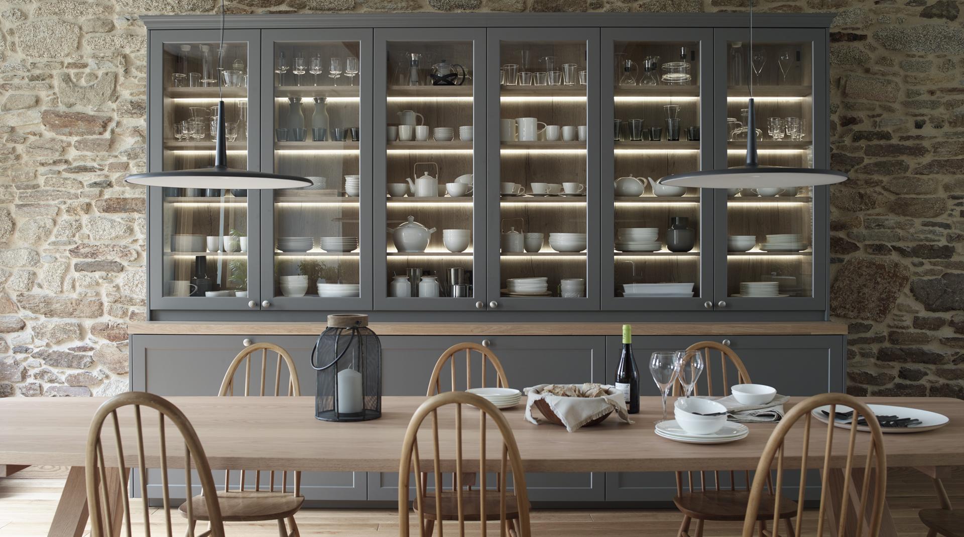 Aparador con vitrina en cocina grande con isla Santiago Interiores
