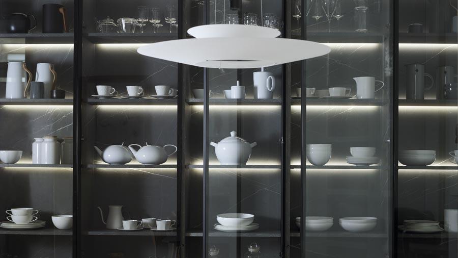 Armario vitrina con porcelana en cocina abierta al comedor