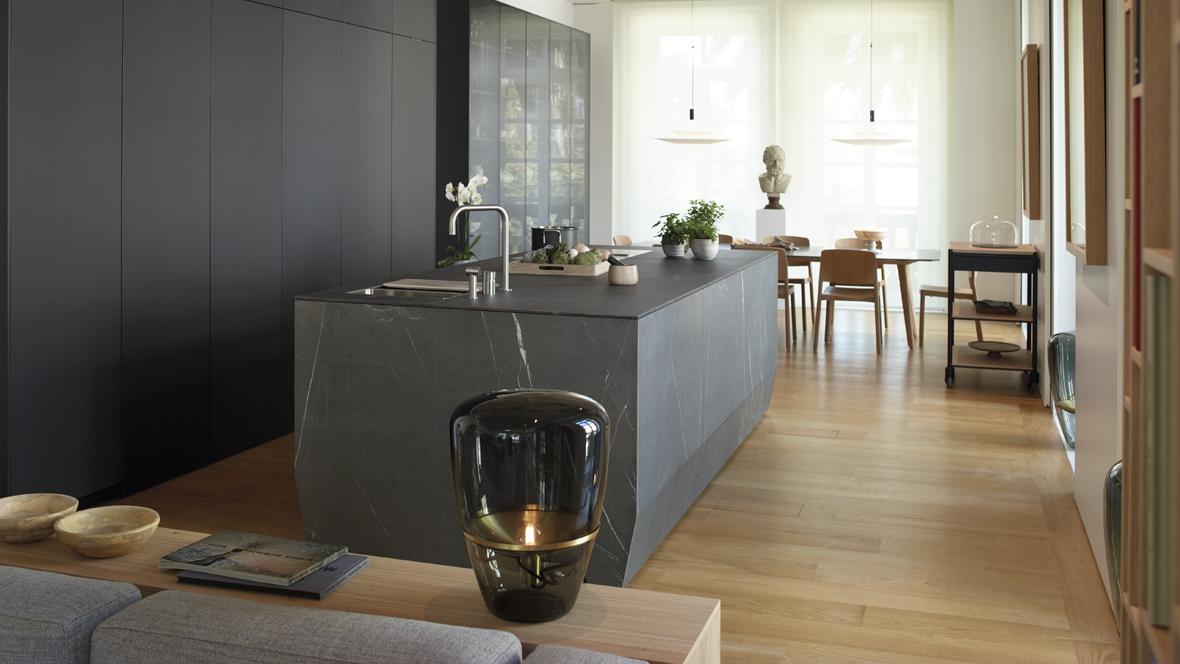 Cocina abierta con isla y muebles hasta el techo