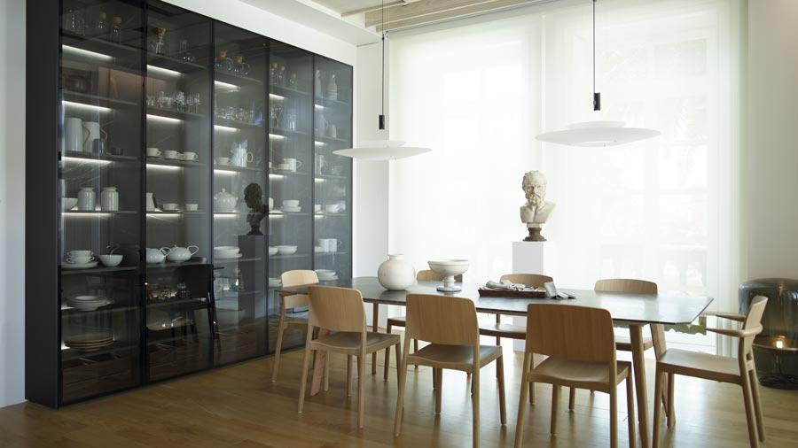 Cocina con isla abierta al comedor con armario y lámpara