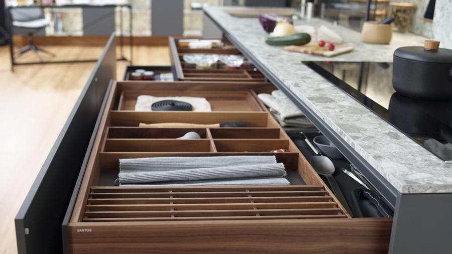 Cubertero extraíble en cocinas lineales Santiago Interiores