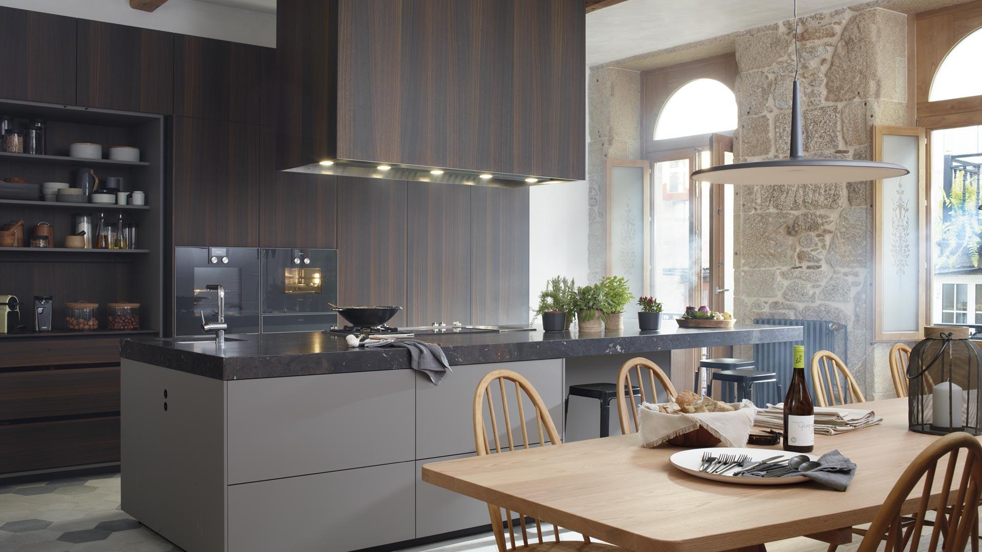 Image gran-cocina-con-isla-columnas-hasta-techo