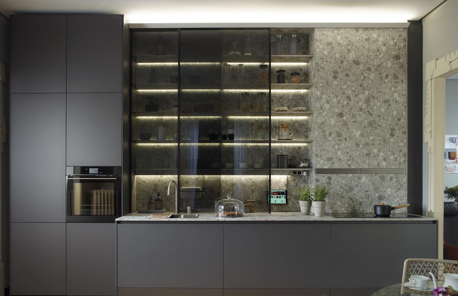 Vitrina hasta el techo con iluminación led en cocina lineal